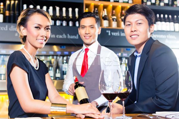ázsiai pár kóstolás vörösbor bár bor Stock fotó © Kzenon