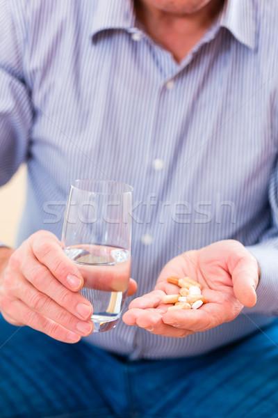 シニア 錠剤 ホーム 歳の男性 男 ストックフォト © Kzenon