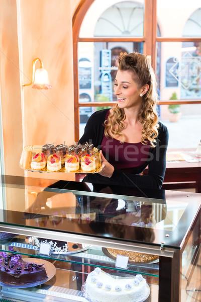 Kobiet piekarz wyroby cukiernicze taca ciasto Zdjęcia stock © Kzenon