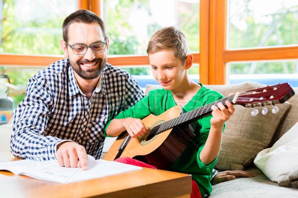 ストックフォト: 父から息子 · 演奏 · ギター · ホーム · 音楽