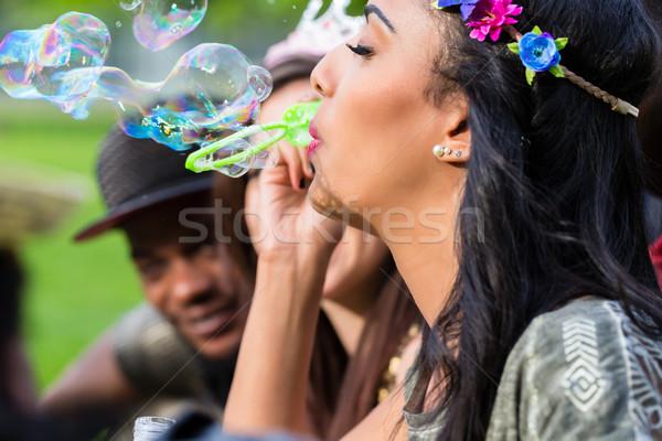Indian fille bulles de savon jeunes africaine Photo stock © Kzenon