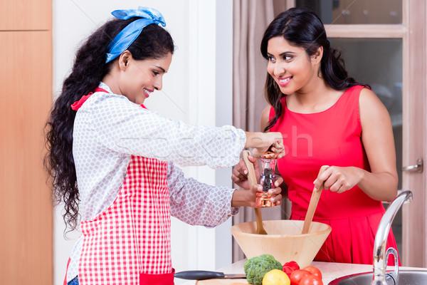 Twee vrouwelijke vrienden samen vegetarisch salade Stockfoto © Kzenon