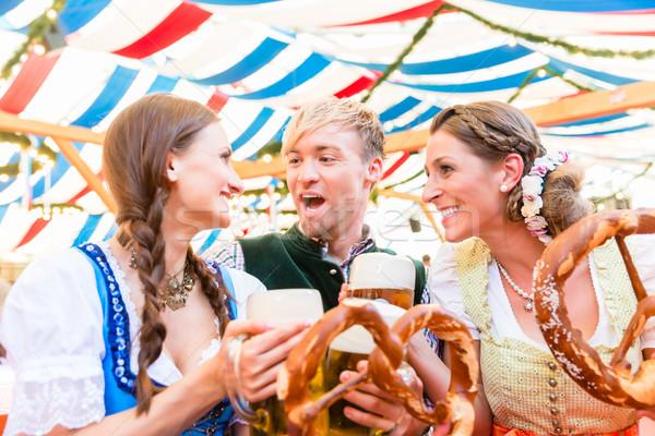 Znajomych jedzenie gigant precelki pitnej piwa Zdjęcia stock © Kzenon