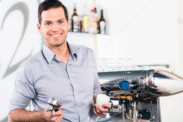 Jeune homme posant modernes automatique portrait Photo stock © Kzenon