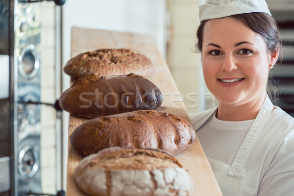 Baker donna pane bordo panetteria Foto d'archivio © Kzenon