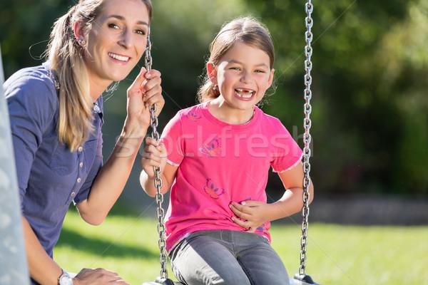 Kobieta śmiechem dziewczyna huśtawka wraz Zdjęcia stock © Kzenon