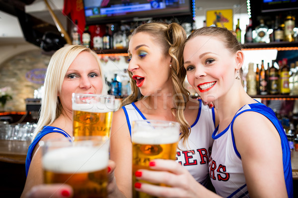 Chefe de torcida meninas assistindo jogo esportes bar Foto stock © Kzenon
