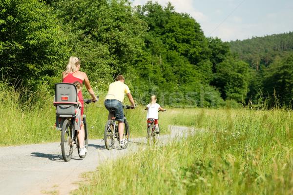 Stok fotoğraf: Aile · bisiklet · iki · çocuklar · binicilik · bisikletler