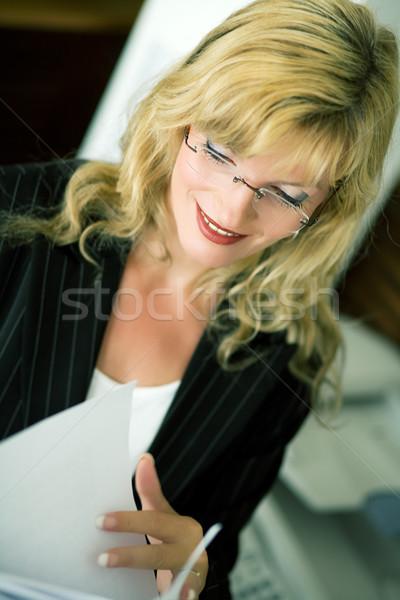 Bonnes nouvelles femme permanent télécopieur papier travail Photo stock © Kzenon