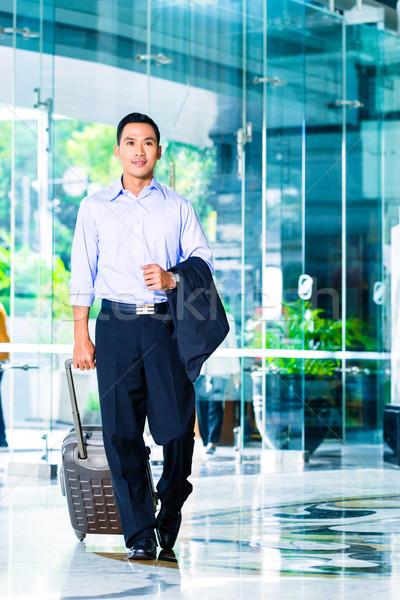 Asian człowiek walizkę hotel lobby Zdjęcia stock © Kzenon