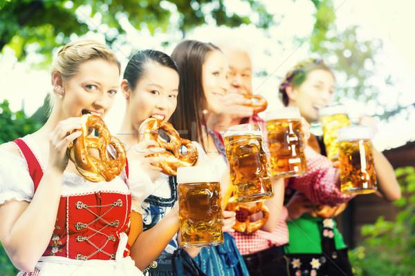 Bier Garten Freunde trinken Veröffentlichung Mann Stock foto © Kzenon