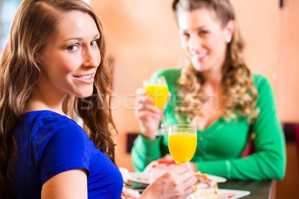 Kadın kafe pasta alışveriş arkadaşlar içme Stok fotoğraf © Kzenon