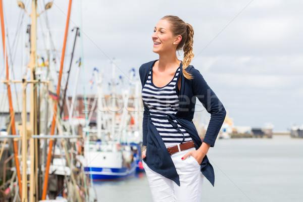Mulher em pé porto pier férias Foto stock © Kzenon