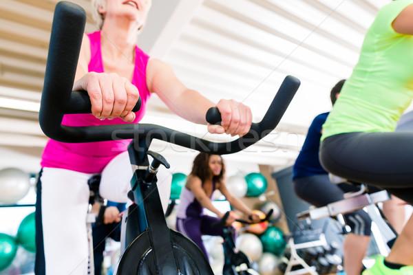 Zdjęcia stock: Starszy · kobieta · fitness · rowerów · siłowni · shot