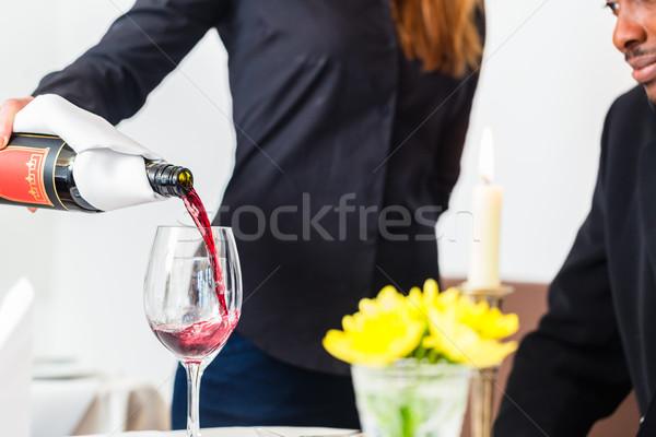 Camarera copa de vino restaurante Foto stock © Kzenon