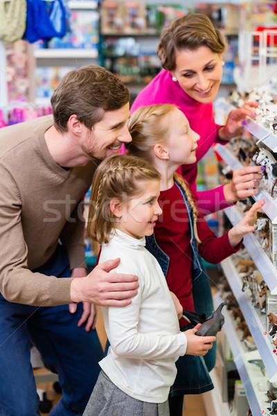 Famiglia acquisto giocattoli giocattolo store piedi Foto d'archivio © Kzenon
