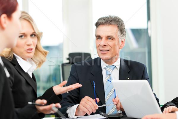 Stock fotó: üzletemberek · csapat · megbeszélés · iroda · főnök · alkalmazottak