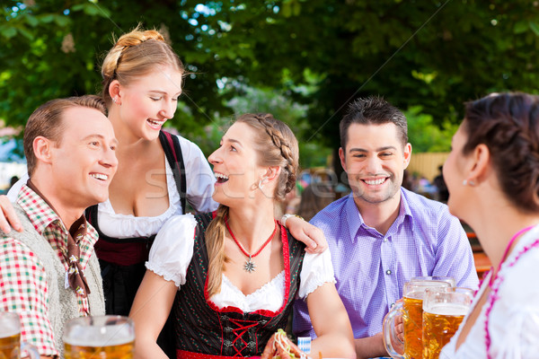 Stockfoto: Bier · tuin · vrienden · tabel · snacks · boom