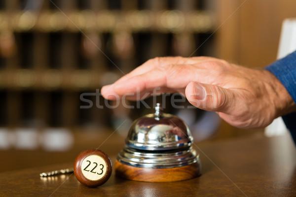 Recepcji hotel dzwon kluczowych klucze palec Zdjęcia stock © Kzenon