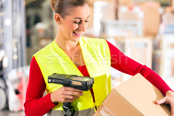 Pracownika pakiet magazynu kobiet kamizelka skaner Zdjęcia stock © Kzenon