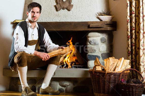 Jonge man cabine alpine hut traditioneel berg Stockfoto © Kzenon