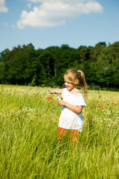 Meisje zeepbellen meisje veld Stockfoto © Kzenon