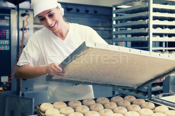 Baker donna foglio pane panetteria cottura Foto d'archivio © Kzenon