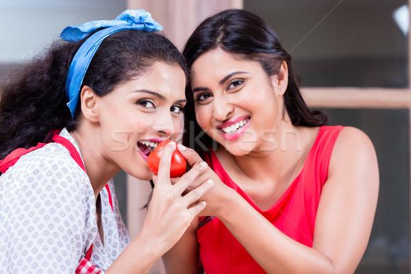 Jeune femme pouce up légumes frais nourriture végétarienne Photo stock © Kzenon