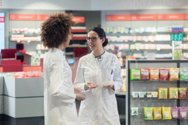 Twee vriendelijk collega's praten moderne Stockfoto © Kzenon
