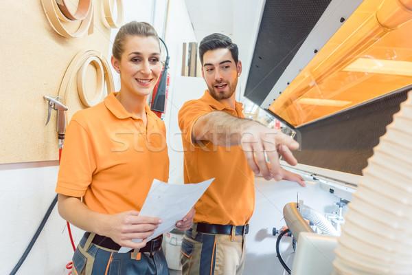 Mester ács magyaráz karbantartás gép nő Stock fotó © Kzenon