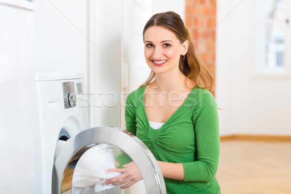 Házvezetőnő mosógép fiatal nő szennyes nap otthon Stock fotó © Kzenon