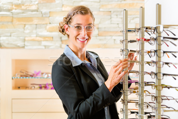 Genç kadın gözlükçü gözlük müşteri Stok fotoğraf © Kzenon