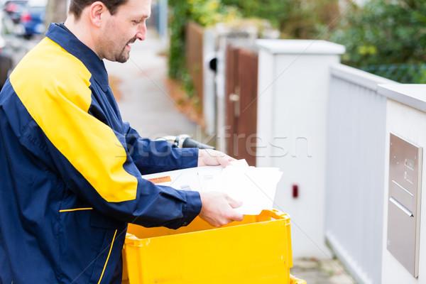 Postino lettere mailbox uomo iscritto bicicletta Foto d'archivio © Kzenon
