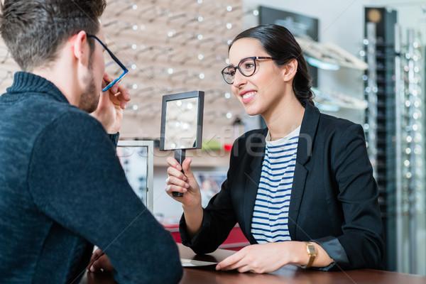Homem oculista compras conselho compra Foto stock © Kzenon