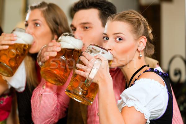 人 飲料 ビール パブ 宿 グループ ストックフォト © Kzenon