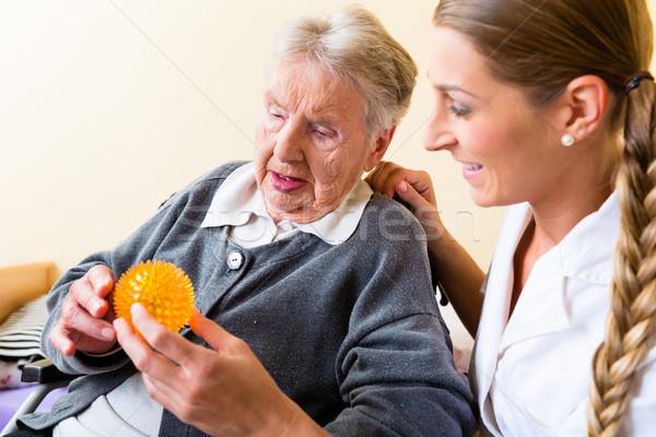 Verpleegkundige fysiotherapie senior vrouw massage bal Stockfoto © Kzenon
