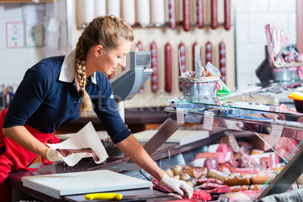 Verkoop vrouw slager winkel verschillend vlees Stockfoto © Kzenon