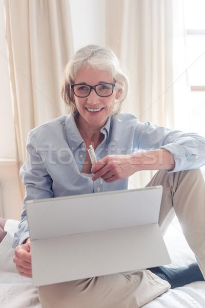Altos mujer estudio ordenador sesión Foto stock © Kzenon