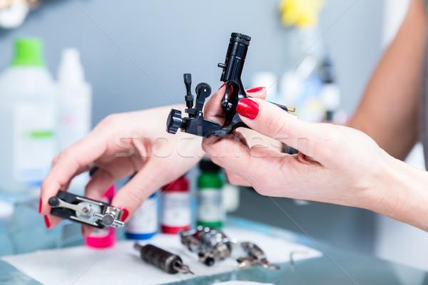 Közelkép kezek női művész profi tetoválás Stock fotó © Kzenon