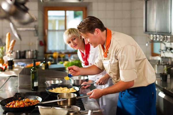 Chefs restaurant hôtel cuisine cuisson deux Photo stock © Kzenon