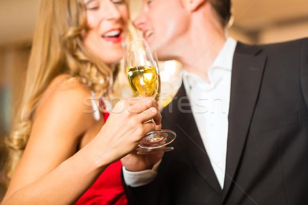 Man vrouw proeverij champagne restaurant paar Stockfoto © Kzenon