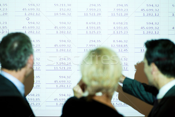 Csapat megbeszél táblázat üzleti csapat áll fal Stock fotó © Kzenon