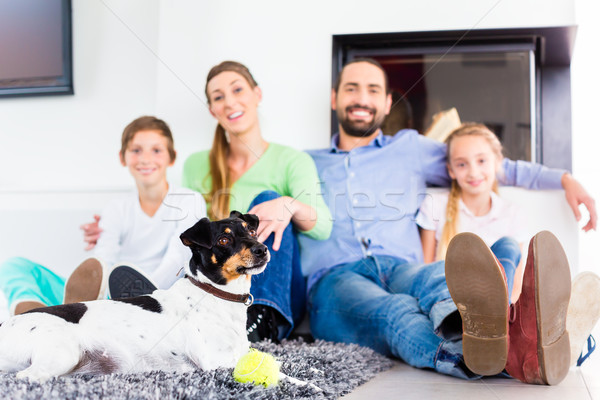 Familie vergadering hond woonkamer vloer haard Stockfoto © Kzenon