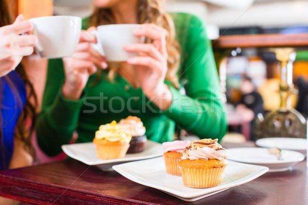 Kadın yeme kahve içme arkadaşlar Stok fotoğraf © Kzenon