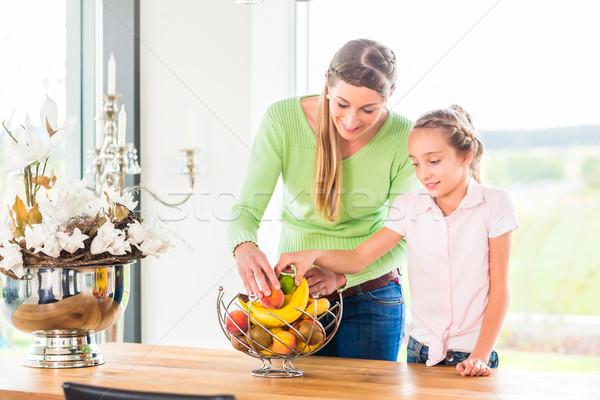 Aile yeme taze meyve sağlıklı yaşam anne Stok fotoğraf © Kzenon