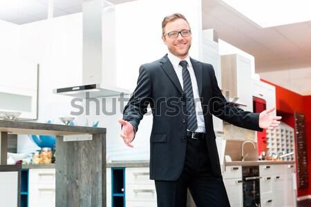 Satıcı iç mutfak mobilya showroom stüdyo Stok fotoğraf © Kzenon