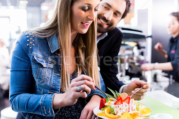 Vrouw eten vruchten ijscoupe ijs cafe Stockfoto © Kzenon