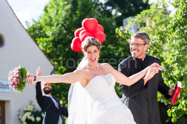 Bruid lopen weg priester bruiloft vrouw Stockfoto © Kzenon