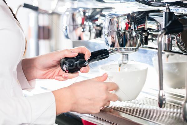 Vrouwelijke hand automatisch koffie Stockfoto © Kzenon