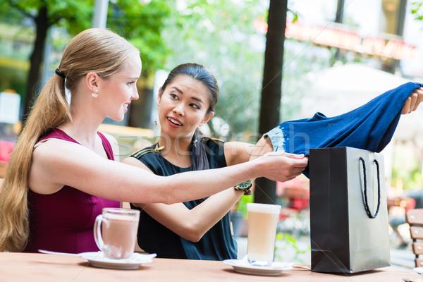 Mooie asian vrouw tonen vriend kopen Stockfoto © Kzenon